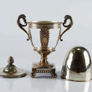 Сахарница. Серебро 970; М=450,0 г. Франция, начало XIX века (стиль «ампир»). Высота: 23 см.