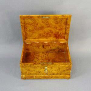 Шкатулка с секретом. Карельская берёза. Россия, XIX век. Размеры: 8х12х18 см.