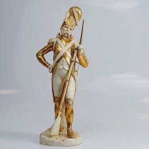 Композиция «Солдат». Фарфор, ручная роспись, золочение. Германия, г.Зитцендорф, XIX века. Высота: 32 см.