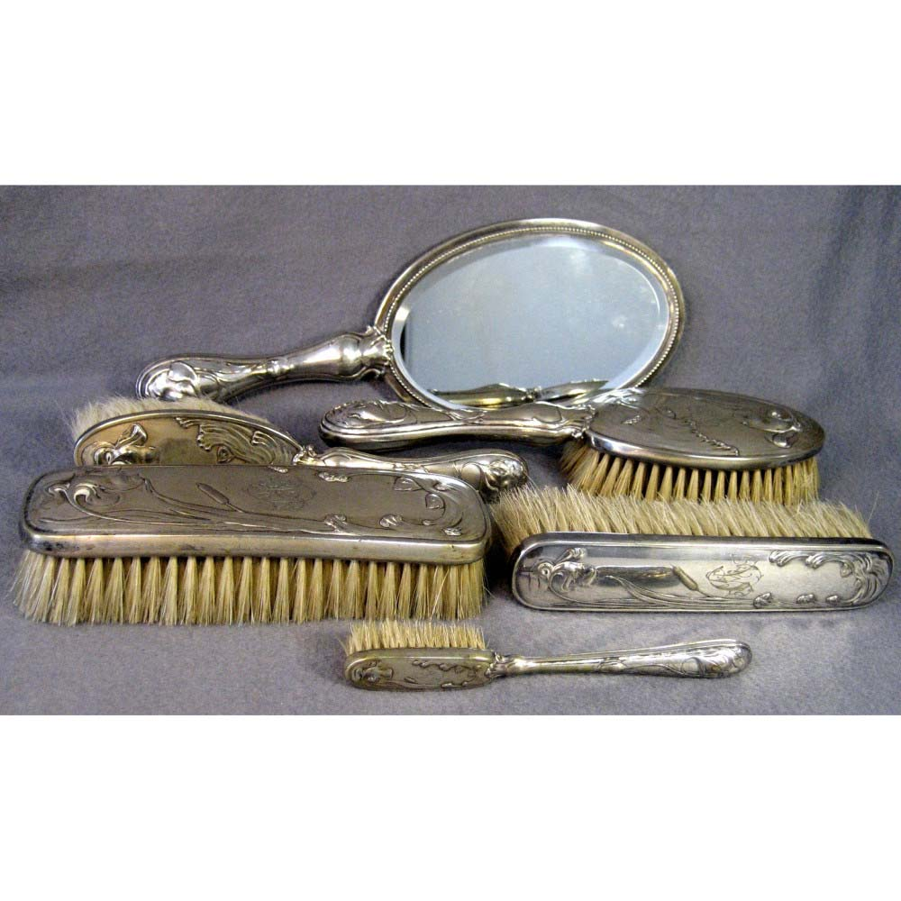 Туалетный набор. Серебро 950, щетина, зеркальное стекло. Франция, рубеж XIX-ХХ веков (стиль «модерн»).