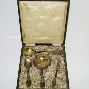 Набор для чая в подарочной коробке (ценные сорта дерева). Серебро 84; М= 135,0 г; золочение. Россия, XIX век.