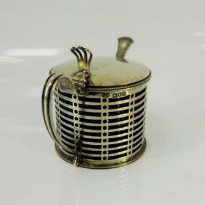 Ёмкость для горчицы. Серебро 925; М=113,0 г; «кобальтовое» стекло. Англия, XIX век. Высота: 10,5 см.