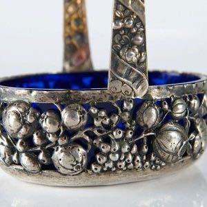 Декоративная ваза. Серебро 800; М=153,0 г; кобальтовое стекло. Европа, XIX век. Длина: 14 см.