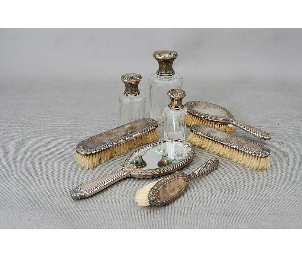 Подарочный туалетный набор. Серебро 900, зеркальное стекло, щетина, стекло. Франция, XIX век.