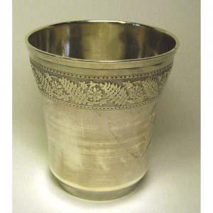 Стакан (гравировка «Андрэ»). Серебро 800, М= 51,0 г. Европа, XIX век (стиль «историзм»).