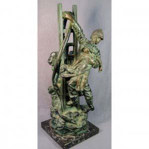 """Скульптура «Пожарный» Hippolyte Francois Moreau. Бронза, патинирование (подпись сбоку """"Hip.Moreau""""), мрамор. Франция, рубеж XIX веков. Высота: 37 см."""