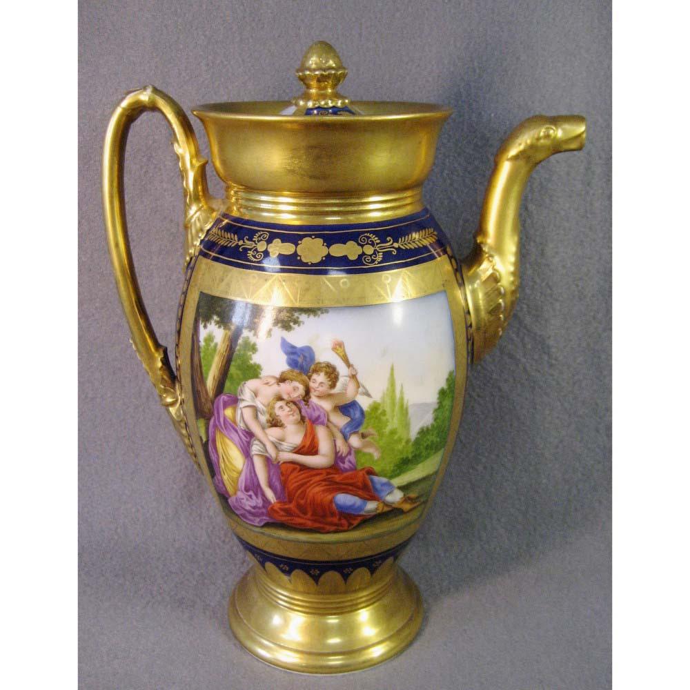 Чайник. Фарфор, ручная роспись, золочение. Франция, XIX век. Высота: 23 см.