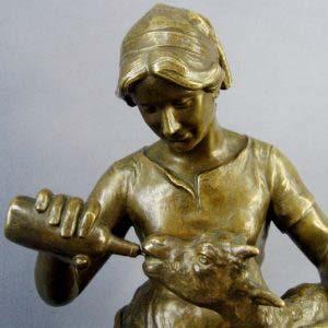 Скульптура «Девушка, кормящая козленка» Lauritz Jensen. Бронза, патинирование. Дания, 1902 год. Высота: 27 см. Длина: 24 см.