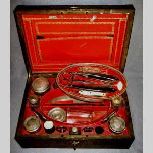 Дорожный мужской несесер с туалетными принадлежностями. Серебро, сталь, кость, стекло, кожа, красное дерево, бронза. Европа, XIX век. Размеры: 32х22х12 см.