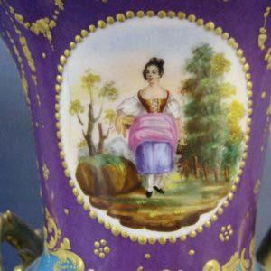 Вазы парные. Фарфор, ручная роспись. Европа, XIX век. Высота: 27 см.