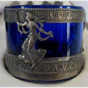 Подарочный набор солонок. Комплектность: четыре штуки (солонка, ложка). Кобальтовое стекло, серебро 950 пробы. Высота солонки: 3,5 см. Диаметр солонки: 4,5 см. Франция, XIX век (стиль «ампир»).
