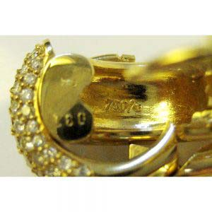Серьги. Золото 750; М=10,74. Вставки: 82 Бр. Кр.-574/4А 1,67 ct. Именник: csz. Франция; 90-е годы ХХ века. Ширина: 0,8 см.