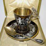 """Кофейная пара. Серебро 950; М= 292,0 г; золочение, эмаль. Европа, XIX век (""""неорококо""""). Высота: 7,5 см."""