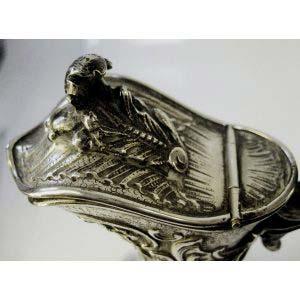 Графин. Серебро 950 пробы, стекло. Франция, XIX век (стиль «неорококо»). Высота: 26 см.