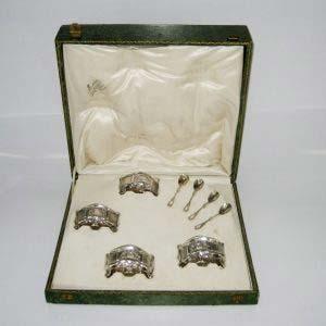 Подарочный набор солонок. Серебро 950 пробы; М= 94,0 г; золочение, стекло. Франция, XIX век. Высота солонки: 3,8 см. Длина солонки: 6,5 см.