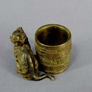 """Принадлежность письменного стола: """"венская миниатюра"""" """"Кот"""". Бронза, ручная роспись. Австрия, Вена; XIX век. Высота: 5,0 см; диаметр бочки - 3,5 см."""