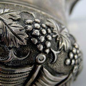 """Кружка. Серебро 950; 249,0 г. Франция, Париж. Мастер: Fray. Середина XIX века (""""историзм""""). Максимальная высота (с ручкой)14,0 см; диаметр верхней части: 10,0 см; диаметр основания: 7,0 см."""
