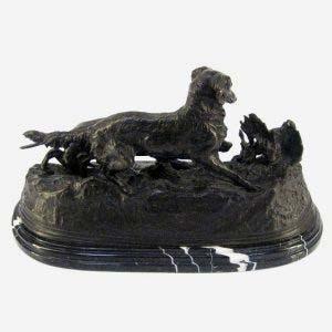 """Скульптурная группа """"Собаки на стойке"""" (авторское название «Собаки на стойке по куропатке: пойнтер Так и сеттер Сильфи»). Бронза, патинирование, мрамор. Европа, вторая половина ХХ века. По модели П. Ж. Мена. Максимальная высота: 26 см; размеры подиума: 46х22 см."""