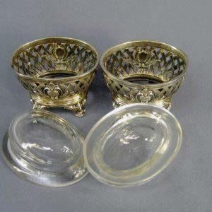 Солонка. Серебро 950; , М=58,0 г; стекло. Франция; ХIX век. Максимальная высота: 7,0 см; размеры стекла ( верхняя часть): 7,0х8,5 см.
