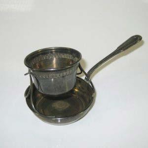 Ситечко. Серебро 950; М= 42,0 г; патинирование, золочение. Франция; XIX век. Диаметр ситечка: 4,5 см; диаметр нижнего блюдца: 6,5 см.