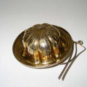 Ситечко. Серебро 950 пробы; М=18,0 г; золочение. Франция; XIX век. Высота: 2,0 см; диаметр верхней части: 2,0 см.