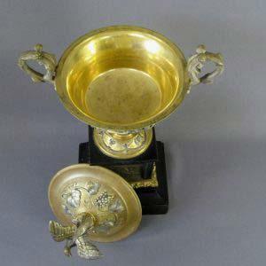 """Декоративная ваза. Бронза, патинирование, золочение, серебрение, мрамор. Франция, первая треть XIX века (""""ампир""""). Высота: 37,0 см."""