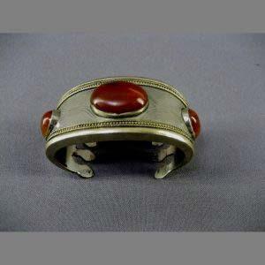 Браслет. Металл, серебрение, агат. Восток, XIX век. Ширина: 3,0 см.