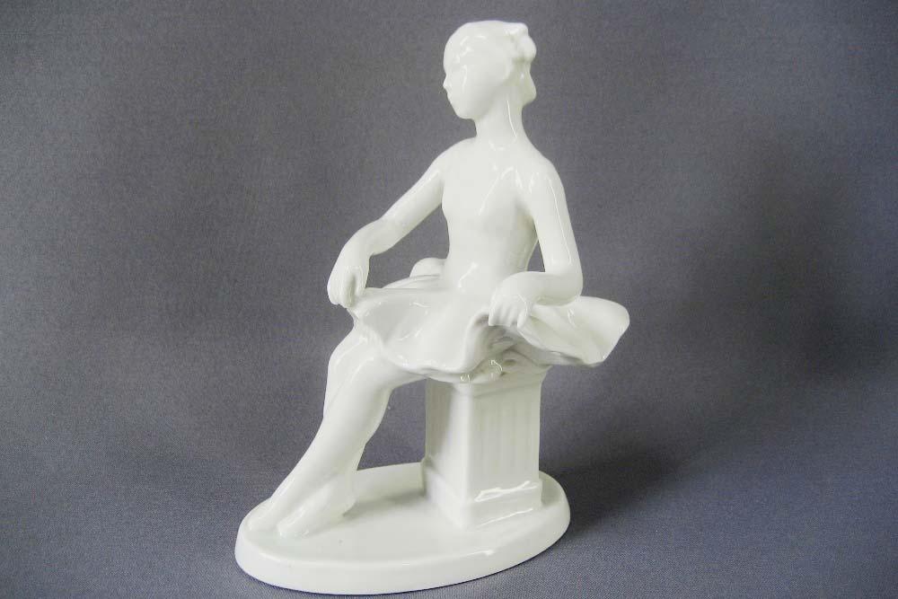 """Композиция """"Сидящая балерина"""" (""""Балерина на тумбе""""). Автор модели: О. Артамонова. Фарфор. СССР, Вербилки, 60-е годы ХХ века.Высота: 20 см."""