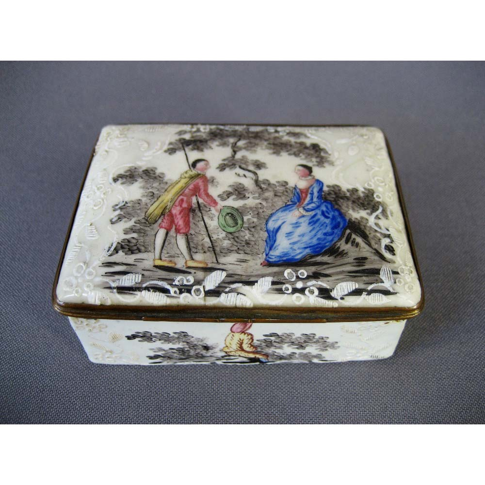 Табакерка. Бронза, горячая многоцветная эмаль. Франция, XVIII век. Размеры: 8,0х5,5х3,5 см.