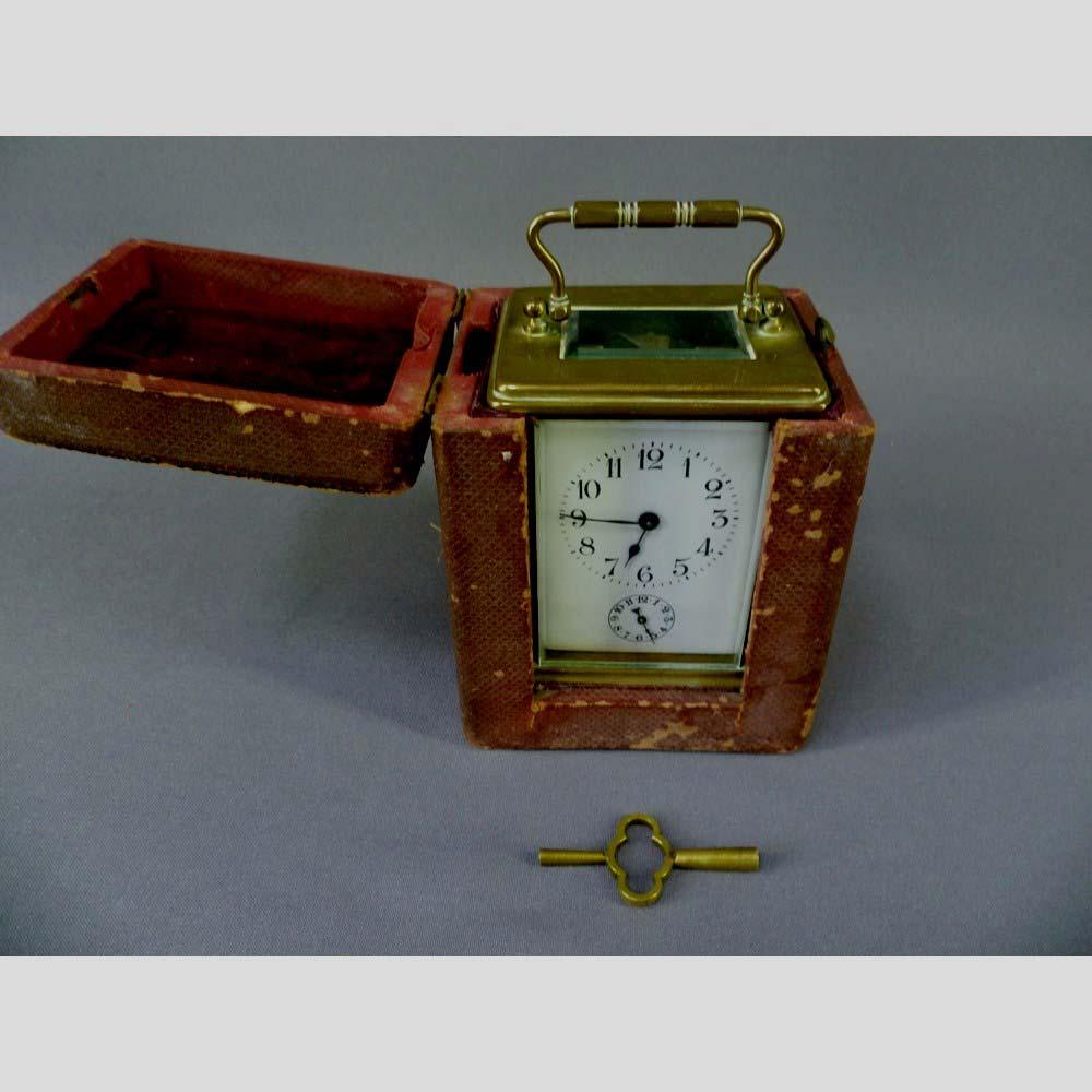 Каретные часы в оригинальном футляре. Франция, XIX век. Размеры: 11,0х6,5х8,0 см.