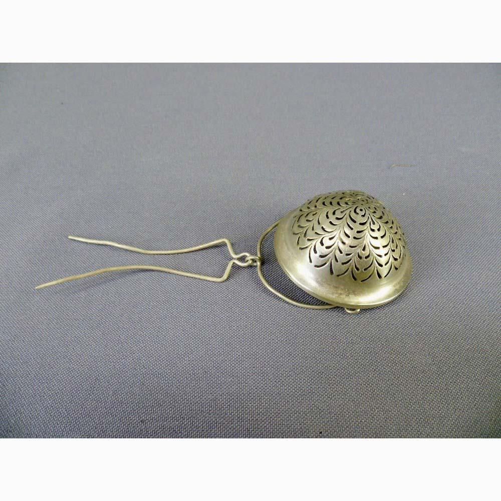 Ситечко для заварки. Серебро 950; М=20,0 г. Франция, XIX век. Диаметр: 4,5 см.