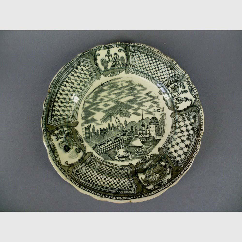 Декоративная тарелка. Фарфор, деколь. Россия, XIX век. Диаметр: 25,0 см.