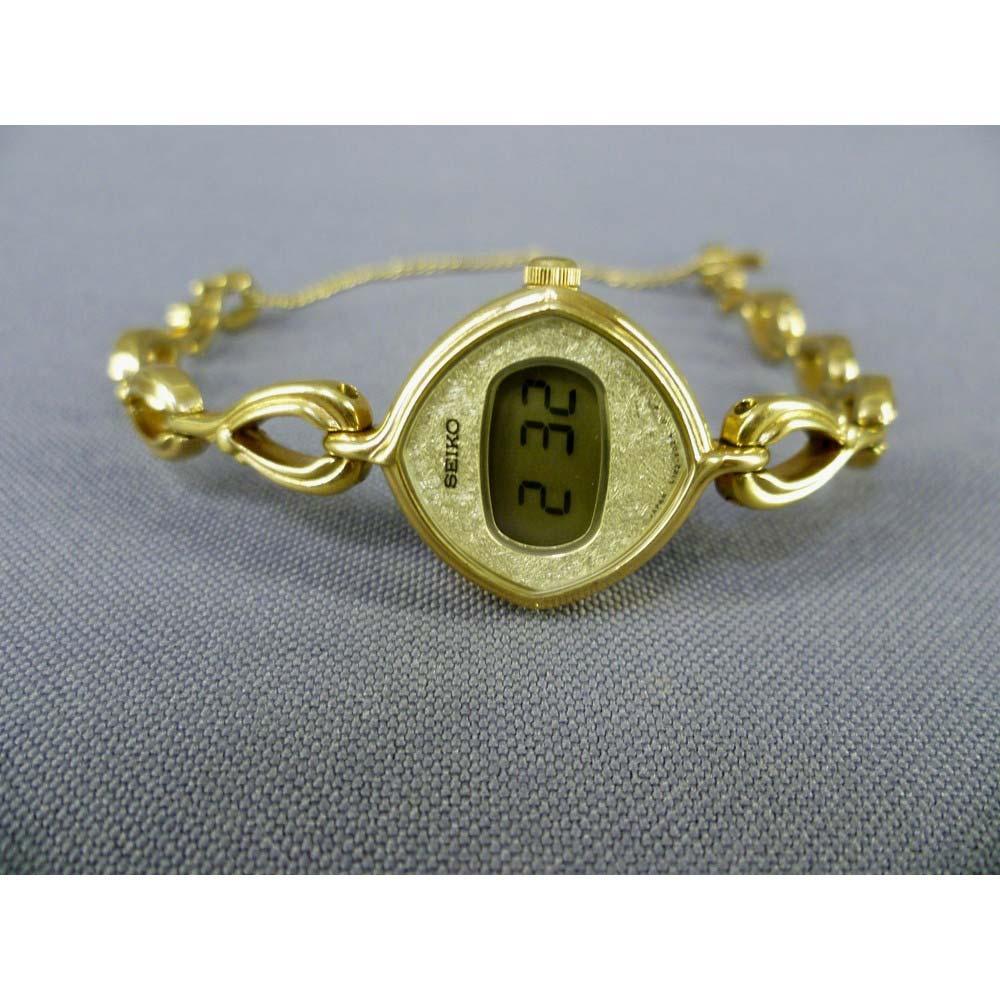 """Женские наручные часы """"Сейко"""". Сталь, глубокое золочение. Механизм: кварцевый. Модель: L122-5020A; 061312. Япония, 70-80-е годы ХХ века. Размер циферблата: 2,0х2,0 см."""