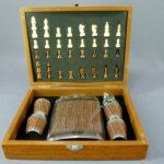Подарочный набор (шахматы+фляжка и 2 стопки). Дерево, сталь, кожа. Россия. Размеры доски: 23,5х18,0х6,0 см.