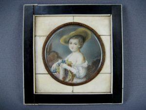 Миниатюра «Портрет девушки». Фарфор, слоновая кость, бронза. Франция, конец XVIII века. Диаметр миниатюры: 7,0 см; рамка: 12,5х12,5 см.