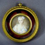 Миниатюра «Портрет девушки». Фарфор,бронза, черепаха, бархат. Франция, конец XVIII века. Диаметр миниатюры: 4,5 см; диаметр рамки: 8,5 см.