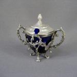 """Мутардница (ёмкость для горчицы). Серебро 950; м= 124,0; кобальтовое стекло. Франция, XIX век (""""неорококо""""). Высота без крышки): 7,0 см; максимальная высота (с крышкой): 10,0 см."""
