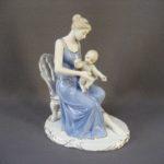 Статуэтка «Мать и дитя». Фарфор, бисквит, ручная роспись, золочение. Европа. Высота: 25,0 см.