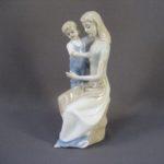 Статуэтка «Мать и дитя». Фарфор, ручная роспись. Европа. Высота: 24,0 см.