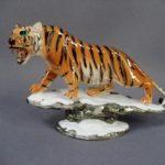 """Статуэтка """"Тигр на скале"""". Фарфор, ручная роспись, золочение. Европа. Размеры: 12х26 см."""