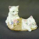 """Композиция """"Котята с тапком"""". Фарфор, ручная роспись. Европа. Длина: 16,0 см; высота: 9,0 см."""